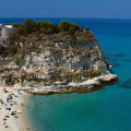 Tropea: Santa Maria dell´Isola na útesu nad zátokou