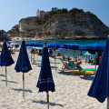 Tropea: pláž s výhledem na Santa Maria dell´Isola
