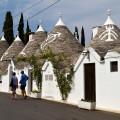 Alberobello: symboly na střechách některých trulli jsou předchůdci piktogramů na uniformních sídlištích