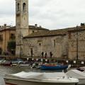 Lazise: románský kostel u starého přístavu