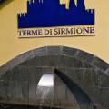 Terme di Sirmione - fontána u brány do lázeňského areálu