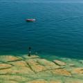 Sirmione - Grotte di Catullo: přímo pod ostrohem leží pobřežní mělčiny s charakteristicky zbarveným dnem