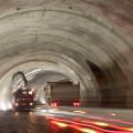 Dopravní tepna: Svým způsobem nikdy není v tunelu takový provoz, jako při jeho výstavbě. Staveništní doprava musí často využívat poměrně komplikované řešení, a to je důvod, proč každý dokončený úsek tunelu slouží ihned pro jízdu ve všech myslitelných směrech.