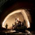 První krok: Tady stavba tunelu začíná. Den po dni, metr za metrem se otevírají jednotlivé dílčí části výrubu. Rutinní práce vyžaduje spolupráci odborníků řady profesí, bez které by každá chyba znamenala možné fatální následky.