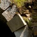 Krušné hory, zrušená trať Křimov - Marienberg: uvolněný kámen v oblouku mostku