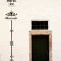 Gmunden: povodňová stupnice na nádvoří zámku Orth