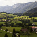 Pohled z Kalvarienberg na údolí Mayrwinkl a masiv Sengsengebirge