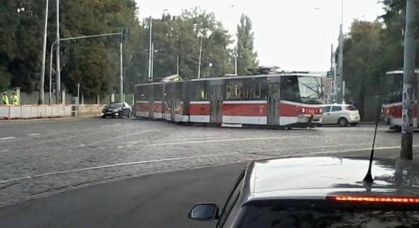 Vykolejená tramvaj na křižovatce. Bohužel na jiné, než si někteří občané myslí.
