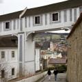 Chodba od divadla a výhled na kostel svatého Víta