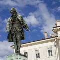 Pomník Giuseppe Tartiniho na náměstí, které také nese jméno nejslavnějšího piranského rodáka