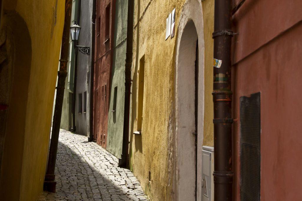 Cheb: Kramářská ulička ve Špalíčku