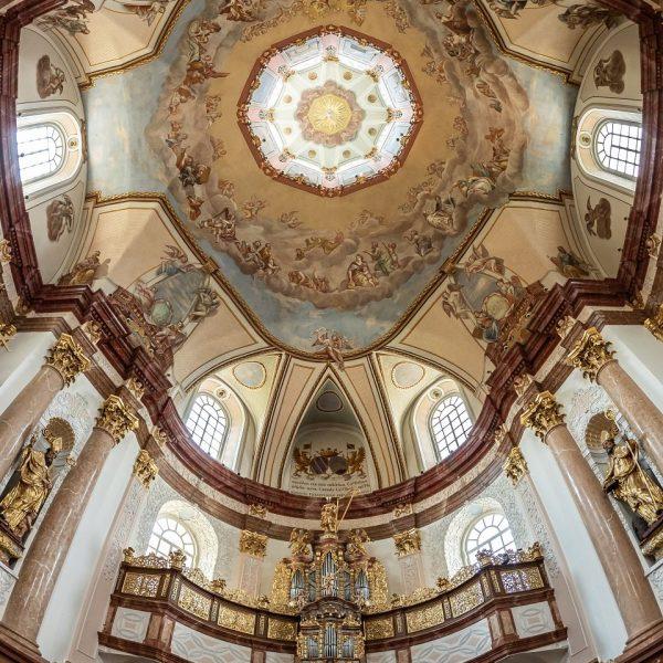 Strop s freskami a lucernou a varhany