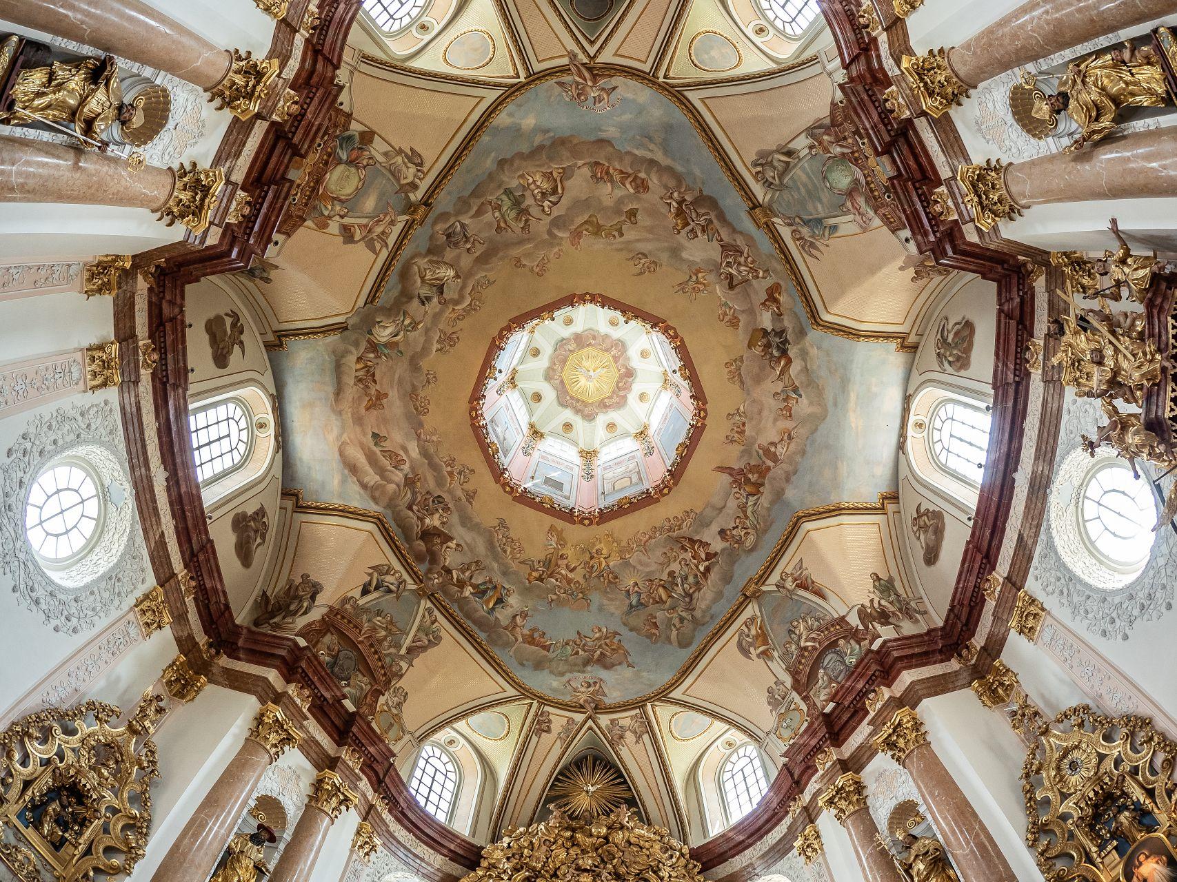 Strop s freskami a lucernou