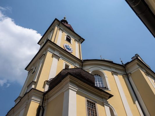 Pohled na kostel z ambitu